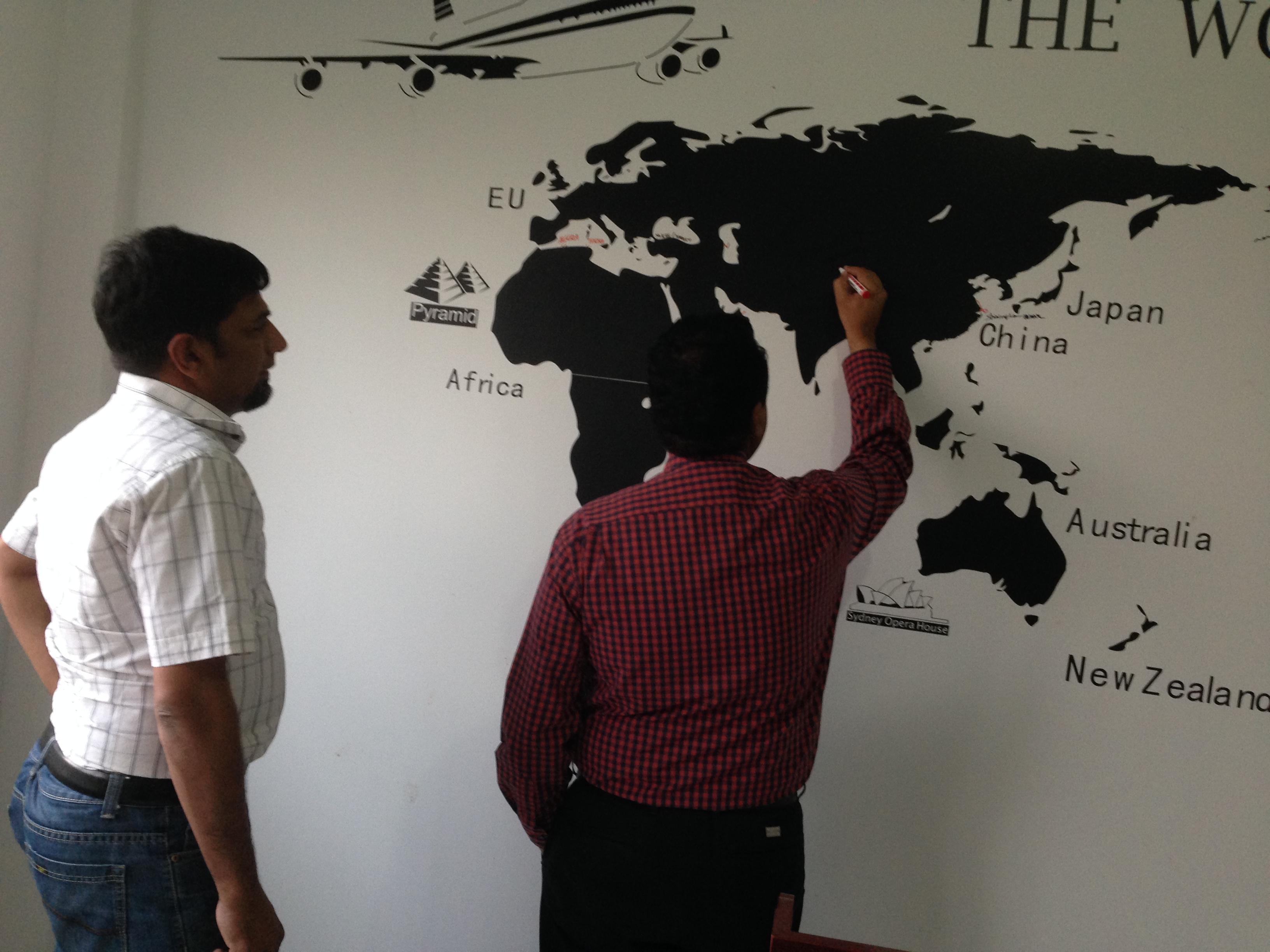 Los clientes de Pakistán visitaron la línea de producción sin colodión WJM-1.